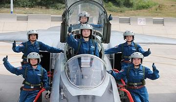 时隔两年,空军再招收女飞行学员!文理兼收,还有机会就读北大清华!